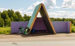 Туристский велосипед на автобусной остановке Стоковая Фотография RF
