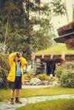 Туристский взрослый человек фотографируя используя профессиональную камеру Стоковое Фото