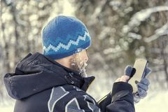 Туристский выпадать из ускорения в лесе и входит в координаты в навигатора GPS стоковая фотография