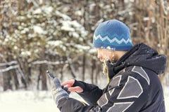 Туристский выпадать из ускорения в лесе и входит в координаты в навигатора GPS стоковые фото