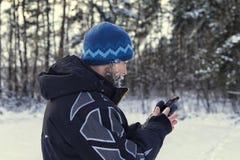 Туристский выпадать из ускорения и взгляд на навигаторе GPS стоковое фото rf