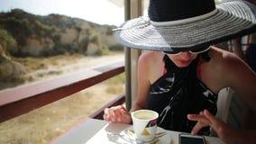 Туристский кофе женщины акции видеоматериалы