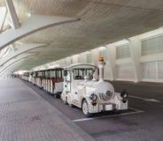 Туристский поезд с поездом пара в городе искусств и науки в Валенсия, Испании стоковая фотография rf