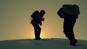 Туристский помогая подъем товарища по команде, человек с рюкзаком достиг вне руку помощи к его другу E видеоматериал