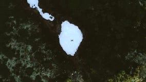 Туристский путешественник в горах лежит на Glade Snowy сток-видео