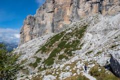 Туристский путь с красивым ландшафтом доломита на заднем плане, доломиты, Италия стоковое изображение