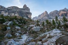 Туристский путь с красивым ландшафтом доломита на заднем плане, доломиты, Италия стоковое фото