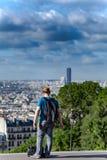 Туристский смотря Париж Стоковые Изображения