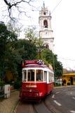 Туристский трамвай в Лиссабоне перед колокольней Стоковые Изображения RF