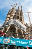 Туристский тренер около Sagrada Familia в Барселоне Стоковые Фотографии RF