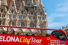 Туристский тренер около Sagrada Familia в Барселоне Стоковое Фото