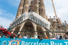 Туристский тренер около Sagrada Familia в Барселоне Стоковая Фотография
