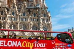 Туристский тренер около Sagrada Familia в Барселоне Стоковое Изображение RF