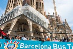 Туристский тренер около Sagrada Familia в Барселоне Стоковые Фото