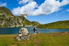 Туристский указатель около озера почк Стоковая Фотография