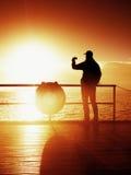 Туристский фотоснимок на моли моря Hiker принимает фото моря утра Туман осени Турист на деревянной доске в причале, солнечном неб Стоковые Изображения RF