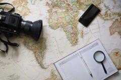 Туристский человек смотря приключение перемещения планирования карты мира Стоковое Изображение RF
