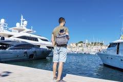 Туристский человек наблюдая гавань в Канн Azure свободный полет Стоковое фото RF