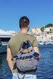 Туристский человек наблюдая гавань в Канн Azure свободный полет Стоковое Изображение