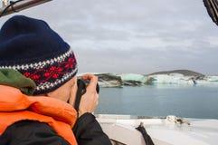Туристский человек принимая фото блока льда в Исландии Стоковое Изображение