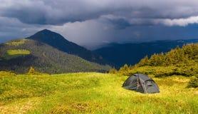Туристский шатер с взглядом на красивом бурном небе Стоковое Изображение