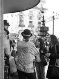 2 туристских девушки спрашивая помощь к полиции Metroplitan Стоковое фото RF