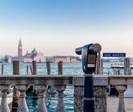 Туристское бинокулярное с лагуной Венеции в предпосылке стоковое изображение rf