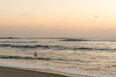 Туристское заплывание после захода солнца в Атлантическом океане, креста накидки Стоковая Фотография RF