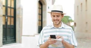 Туристское идя проверяя положение по умному телефону сток-видео