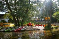 туристское основание каяков и каное, каяка приключения лета, сплавляя к каное Стоковое Фото