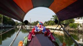 Туристское отключение на азиатском канале Взгляд спокойного канала и жилых домов от украшенной традиционной тайской шлюпки во вре сток-видео