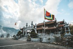 туристское поклонение к guan богу im в виске на горе Fansipan на sapa северном Вьетнаме Пагода Bao Thang Tu сына Ким на Fansipan стоковое фото