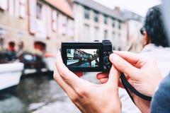 Туристское принимая изображение канала в Брюгге, Бельгии стоковые фото