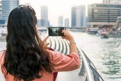 Туристское принимая изображение Марины Дубай с умным телефоном Стоковые Фотографии RF