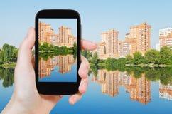 Туристское принимая фото многоквартирных домов кирпича Стоковые Изображения