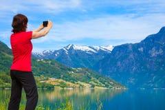 Туристское принимая фото на норвежском фьорде Стоковые Изображения
