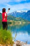 Туристское принимая фото на норвежском фьорде Стоковые Фотографии RF