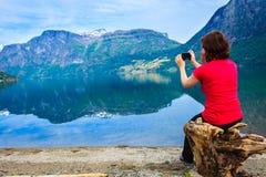 Туристское принимая фото на норвежском фьорде Стоковое Изображение