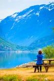 Туристское принимая фото на норвежском фьорде Стоковая Фотография