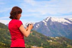 Туристское принимая фото на норвежском фьорде Стоковые Фото