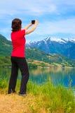 Туристское принимая фото на норвежском фьорде Стоковая Фотография RF
