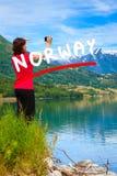 Туристское принимая фото на норвежском фьорде Стоковое Фото