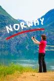 Туристское принимая фото на норвежском фьорде Стоковое фото RF