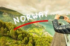 Туристское принимая фото от точки зрения Норвегии Stegastein Стоковые Изображения