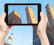 Туристское принимая фото должное Torri в болонья Стоковые Изображения