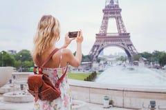 Туристское принимая фото Эйфелевой башни в Париже стоковые изображения rf