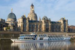 Туристское туристическое судно на предпосылке старого здания академии искусств dresden стоковое фото