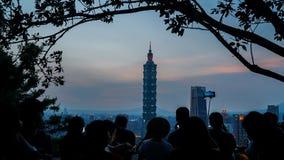 Туристы вверху гора слона фотографируя башня Тайбэя 101 Стоковое Изображение RF