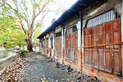Туристы велосипеда кирпичной стены старой винтажной деревянной текстуры двери деревянной старые Bicycle путешествующ дом привлека Стоковая Фотография