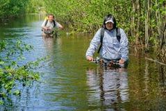 Туристы велосипеда переходят вброд река Стоковая Фотография
